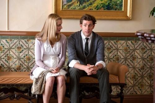 John Krasinski e Caitlin Fitzgerald in una scena del film E' complicato