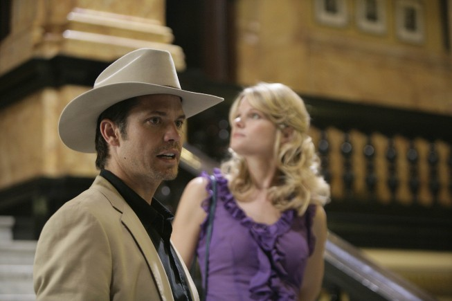 Justified: Joelle Carter e Timothy Olyphant in una scena di Fire in the Hole