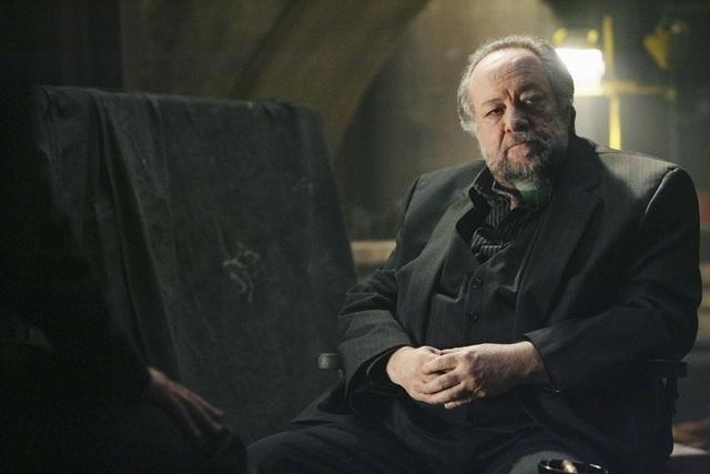 Ricky Jay in una scena dell'episodio Revelation Zero di FlashForward