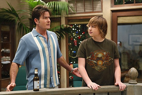 Angus T. Jones e Charlie Sheen in una scena dell'episodio Warning, It's Dirty di Due uomini e mezzo