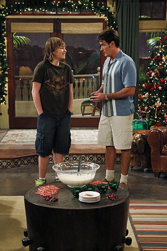 Angus T. Jones e Charlie Sheen nell'episodio Warning, It's Dirty di Due uomini e mezzo