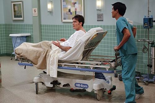 Charlie Sheen in una scena dell'episodio Yay, No Polyps di Due uomini e mezzo