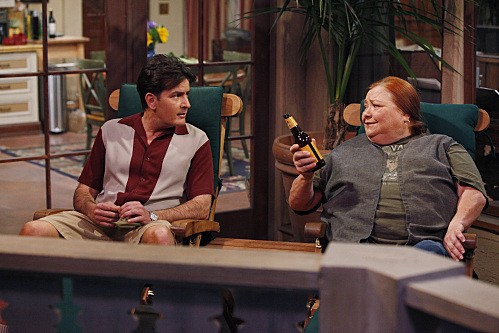 Due uomini e mezzo: Conchata Ferrell e Charlie Sheen nell'episodio Good Morning, Mrs. Butterworth