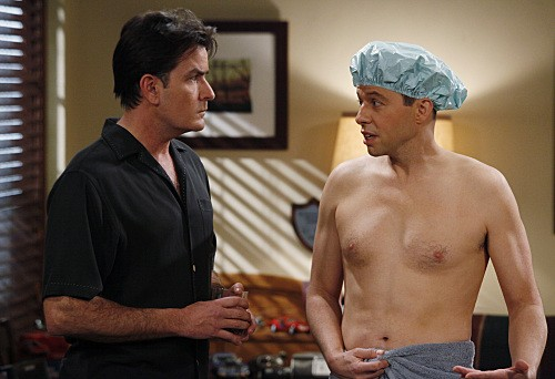 Due uomini e mezzo: Jon Cryer e Charlie Sheen in una scena dell'episodio Above Exalted Cyclops