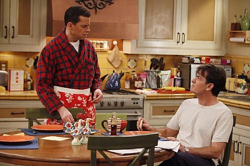 Due uomini e mezzo: Jon Cryer e Charlie Sheen in una scena dell'episodio Good Morning, Mrs. Butterworth
