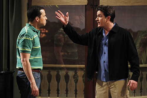 Due uomini e mezzo: Jon Cryer e Charlie Sheen nell'episodio Sir Lancelot's Litter Box