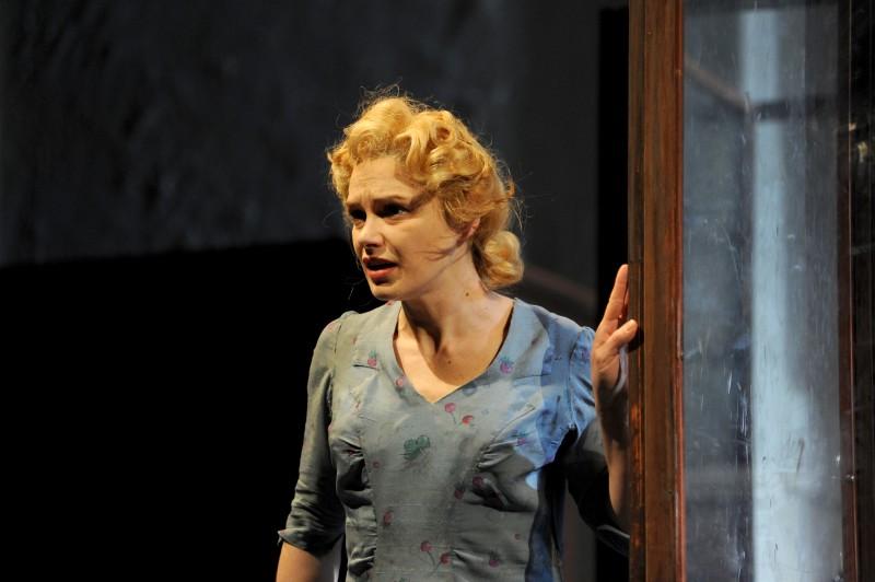 Fabrizia Sacchi è Zosia ne 'Le signorine di Wilko', a teatro nel 2010.
