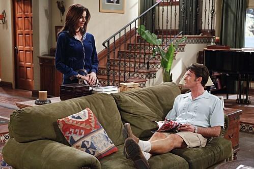 Jennifer Bini Taylor e Charlie Sheen nell'episodio Yay, No Polyps di Due uomini e mezzo