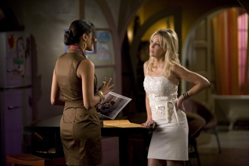 Melrose Place: Jessica Lucas ed Heather Locklear in una scena dell'episodio Mulholland