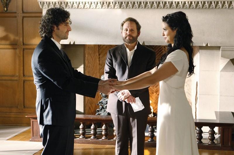 Charlie (David Krumholtz), Amita (Navi Rawat) e Peter MacNicol (Larry Fleinhardt) nell'ultimo episodio della 6 stagione di Numb3rs