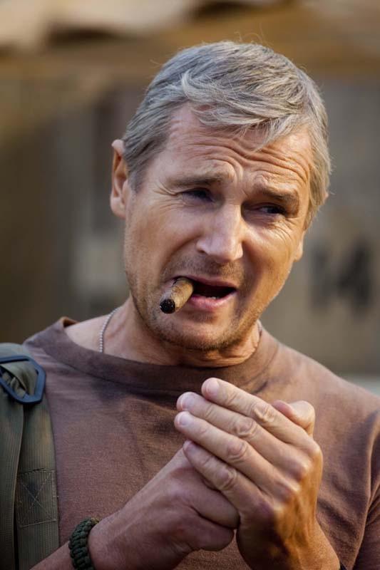 Liam Neeson interpreta il Colonnello John 'Hannibal' Smith con il suo tipico sigaro nel film The A-Team