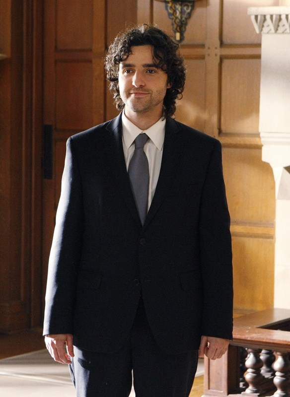 Lo sposo (David Krumholtz) in una sequenza dell'episodio Cause and Effect di Numb3rs