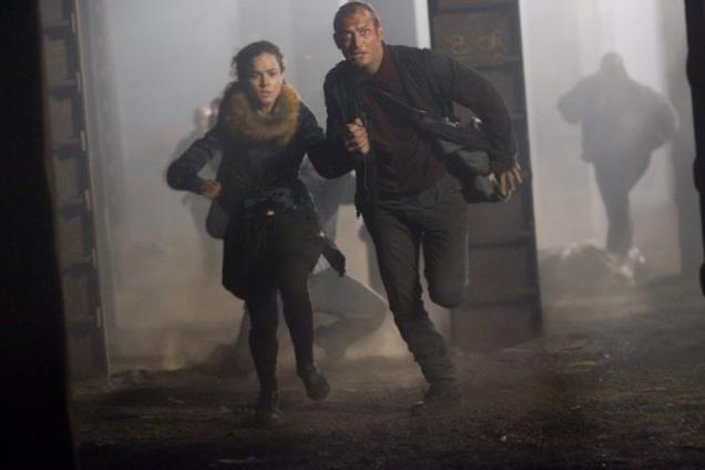 Jude Law e Alice Braga in una scena del film Repo Men