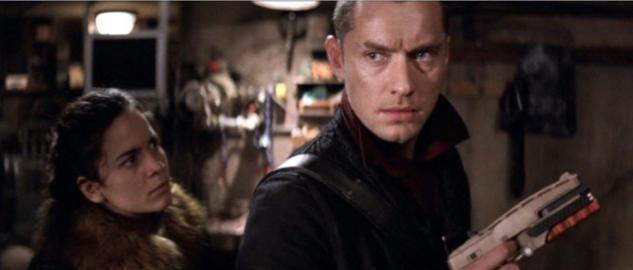 Jude Law e Alice Braga in una sequenza del film Repo Men