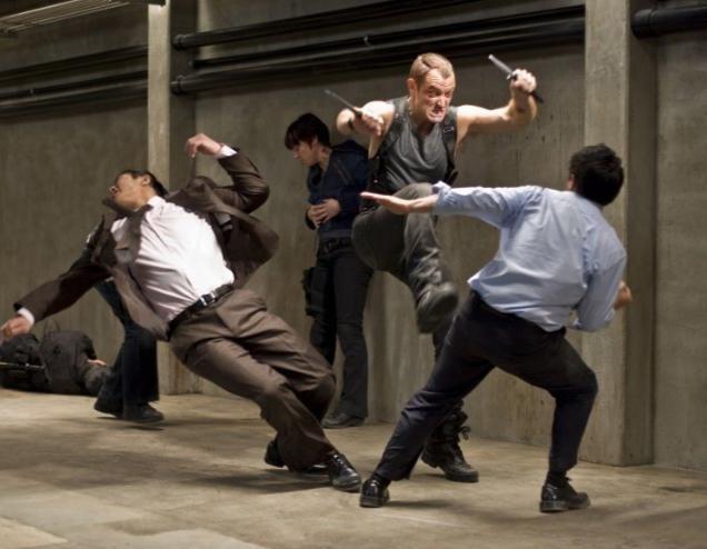 Jude Law in una sequenza d'azione nel film Repo Men