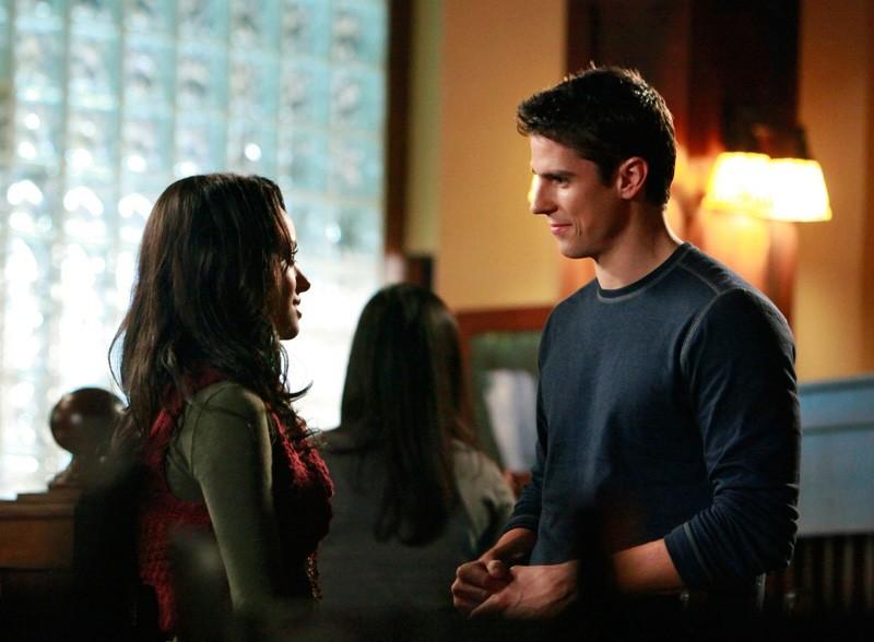 Katerina Graham parla con Sean Faris nell'episodio Unpleasantville di Vampire Diaries