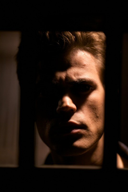 Stefan (Paul Wesley) osserva il fratello attraverso le sbarre, nell'episodio You're Undead to Me di Vampire Diaries