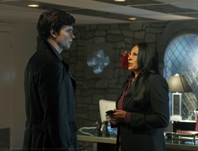 The blur (Tom Welling) affronta Amanda Waller (Pam Grier) nell'episodio Checkmate di Smallville