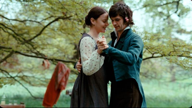 Abbie Cornish e Ben Whishaw in una sequenza del film Bright Star