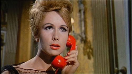 Ariana Gorini al telefono in una scena del film Sei donne per l\'assassino (1964)