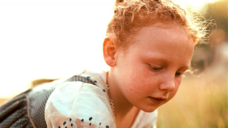 La piccola Edie Martin in una scena del film Bright Star