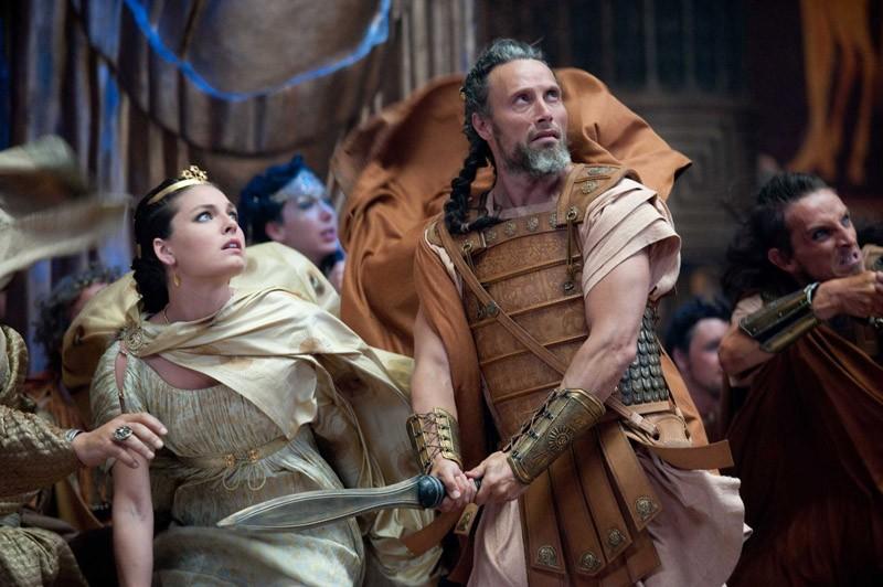 Draconel (Mads Mikkelsen) protegge Andromeda (Alexa Davalos) in una scena del film Clash of the Titans