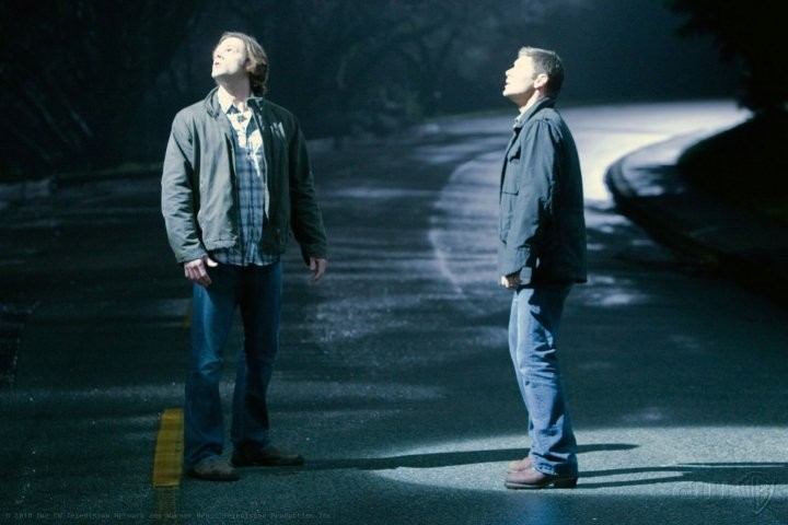 Supernatural: Jensen Ackles e Jared Padalecki in una scena dell'episodio Dark Side of the Moon
