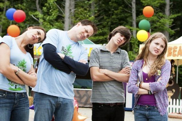 Brooke Shields, Brendan Fraser, Skyler Samuels e Matt Prokop in un'immagine di Puzzole alla riscossa