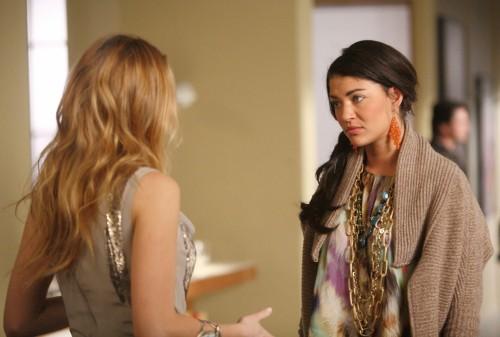 Blake Lively (di spalle) e Jessica Szohr nell'episodio The Empire Strikes Jack di Gossip Girl