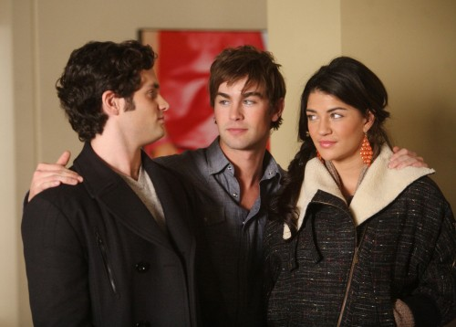 Chace Crawford abbraccia Penn Badgley e Jessica Szohr nell'episodio The Empire Strikes Jack di Gossip Girl
