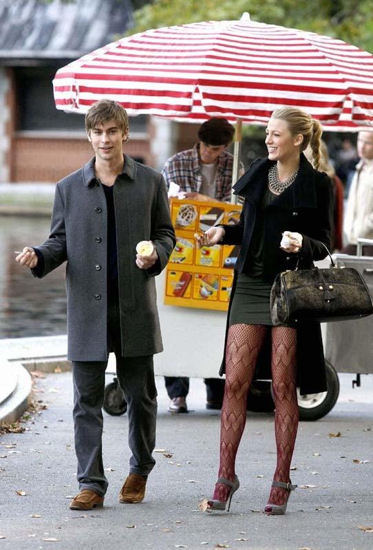 Chace Crawford e Blake Lively si gustano un gelato al parco nell'episodio The Last Days of Disco Stick di Gossip Girl