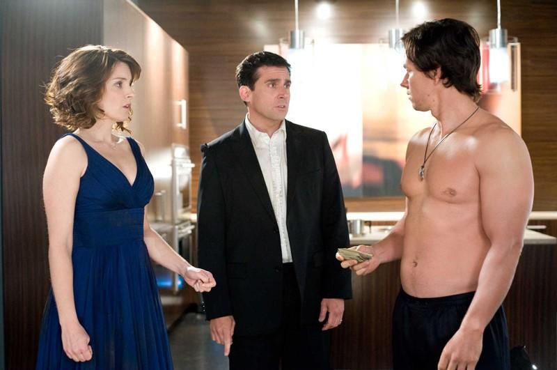 Holbrooke (Mark Wahlberg) in aiuto della coppia Phil (Steve Carell) e Claire Foster (Tina Fey) nel film Date Night