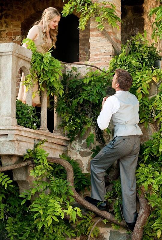 I nostri protagonisti (Amanda Seyfried e Christopher Egan) in una posizione tipica da 'Romeo e Giulietta' per il film Letters to Juliet