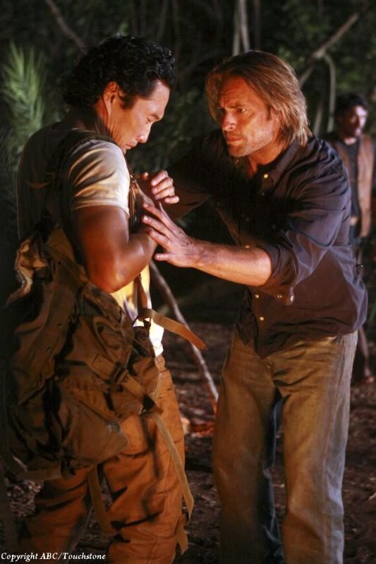 Josh Holloway e Daniel Dae Kim nell'episodio The Package di Lost