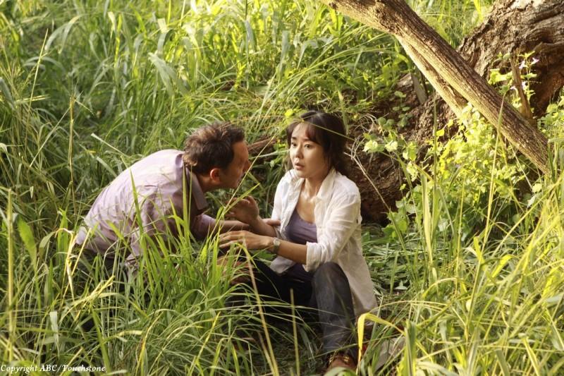 Michael Emerson e Yunjin Kim nell'episodio The Package di Lost