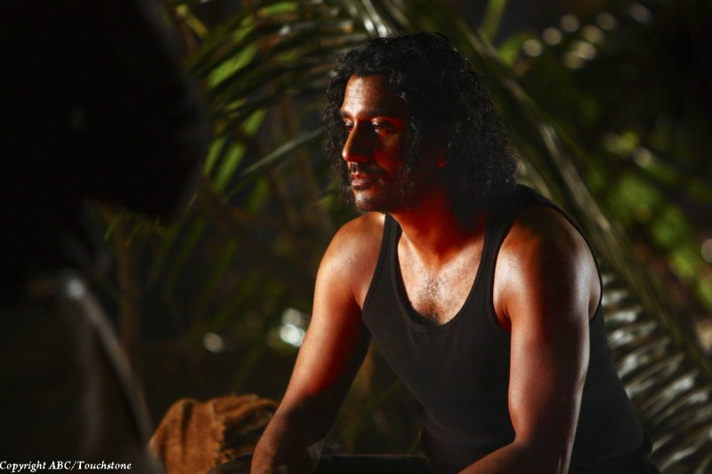 Naveen Andrews nell'episodio The Package di Lost