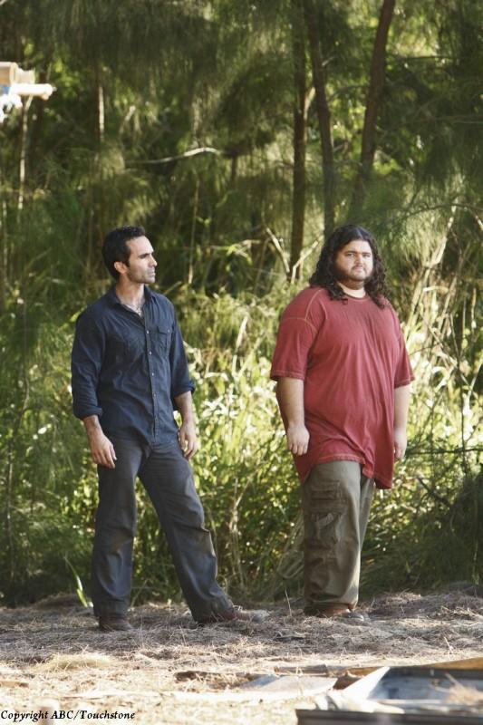 Nestor Carbonell e Jorge Garcia in una scena dell'episodio The Package di Lost