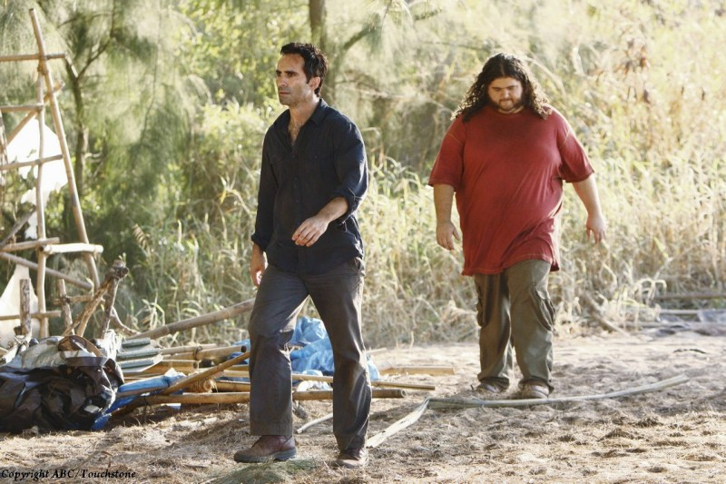 Nestor Carbonell e Jorge Garcia nell'episodio The Package di Lost