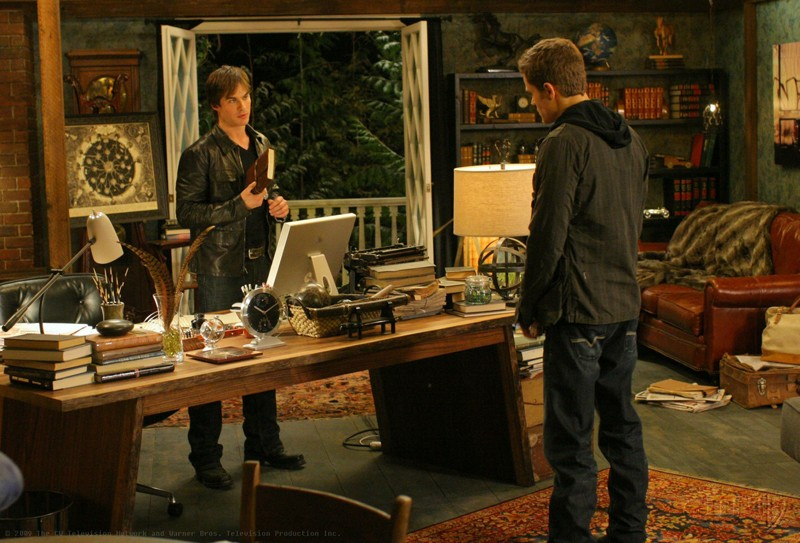 Damon (Ian Somerhalder) e Stefan (Paul Wesley) in una sequenza del Pilot di Vampire Diaries