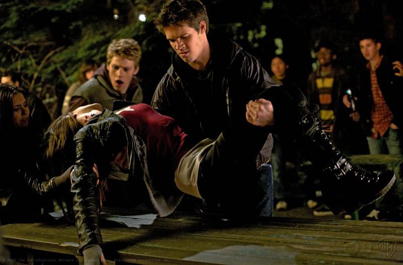 Jeremy (Steven R. McQueen) soccorre Vicki (Kayla Ewell) ferita, in una scena del Pilot di The Vampire Diaries