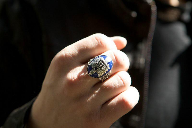 Uno degli anelli che protegge i fratelli Salvatore nell'episodio Pilota di Vampire Diaries