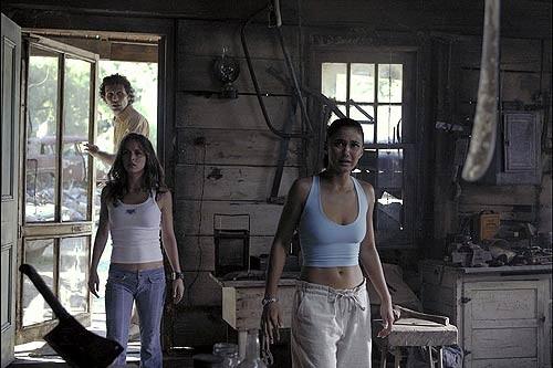 Eliza Dushku, Emmanuelle Chriqui con Jeremy Sisto nel film Wrong Turn