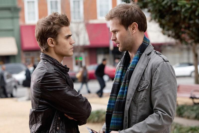 Paul Wesley parla con Matt Davis in una scena dell'episodio A Few Good Men di Vampire Diaries