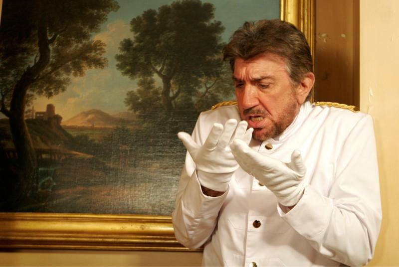 Gigi Proietti in un'immagine della commedia La vita è una cosa meravigliosa