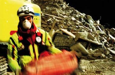 Un'immagine dei soccorritori tratti dal documentario Sangue e cemento