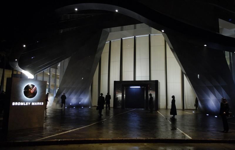 Un'immagine dell'ingresso dell'edificio di Bromley nel film Daybreakers - L'ultimo vampiro