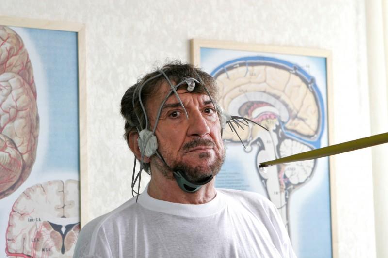 Una bizzarra immagine di Gigi Proietti dalla commedia La vita è una cosa meravigliosa