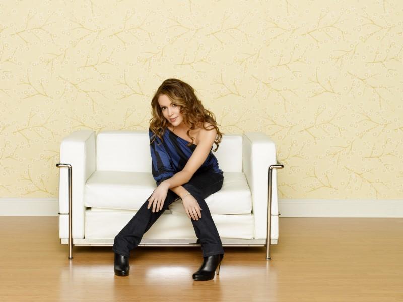 Alyssa Milano posa in una immagine promozionale della serie Romantically Challenged