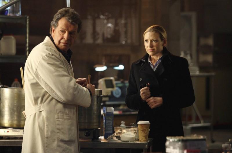 Anna Torv e John Noble nell'episodio Olivia. In The Lab. With The Revolver. di Fringe