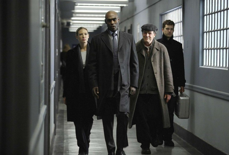 Anna Torv, Lance Reddick, John Noble e Joshua Jackson nell'episodio Olivia. In The Lab. With The Revolver. di Fringe